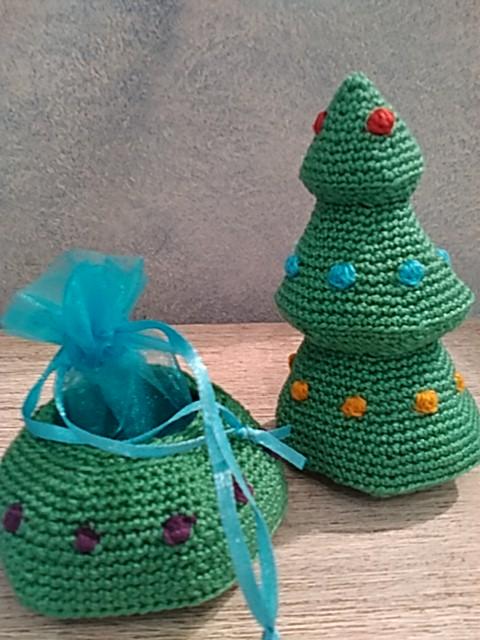 El árbol guarda un regalo en su base.