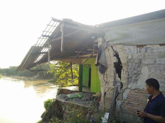 3 rumah di Babelan ambruk akibat longsor Kali Bekasi