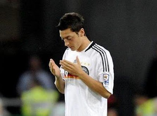yaitu seorang pemain sepak bola profesional asal Jerman Biodata Mesut Özil Terlengkap, Istri, Fakta, Foto, Hobi dan Banyak Lagi
