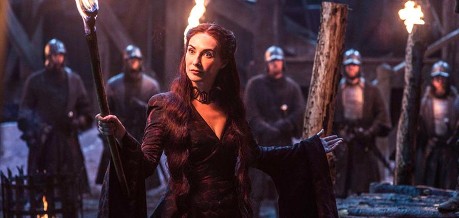 Carice Van Houten în rolul Melisandre din Sezonul 5 Urzeala Tronurilor