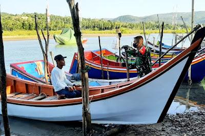 Peduli Keselamatan Nelayan, Babinsa Koramil Mesjid Raya Ingatkan Faktor Keamanan