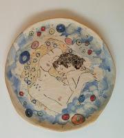 Annapia Sogliani ceramic art gallery showroom plat céramique fait décoré main grande piatto ceramica fatto e decorato a mano motivo klimt le tre età mother and child