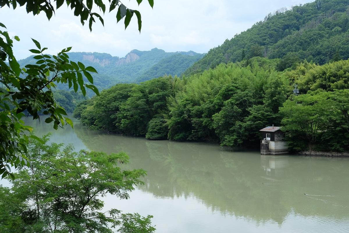 工芸と喫茶ひとつ石の対岸からみた犀川と継子落とし