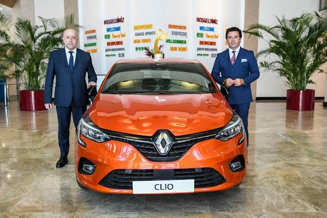 """Türkiye'de Yılın Otomobili"""" seçilen Yeni Clio'nun aldığı büyük ödül, Oyak Renault Fabrikaları'nda onur köşesinde yerini aldı."""