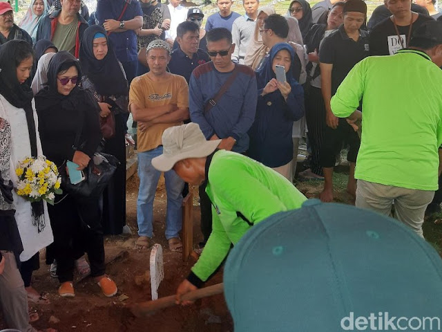 Tangis Istri Pecah di Pemakaman Cecep Reza 'Bombom'