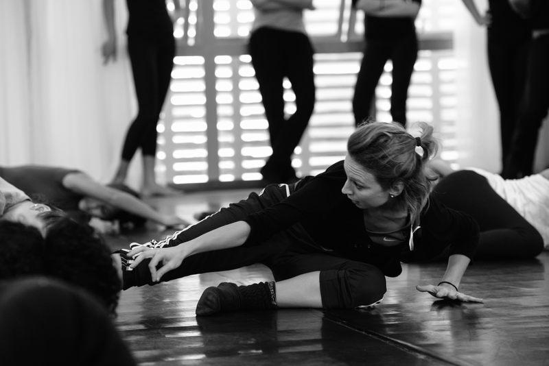 """Com o objetivo de integrar os círculos da dança amadora em mais um evento de alcance nacional, a Mostra Paranaense de Dança realiza sua 13ª edição totalmente online, dias 24 e 25 de abril. E para """"esquentar"""" o público, estão programadas sete oficinas virtuais gratuitas, em dois dias: 17 e 24 de abril."""
