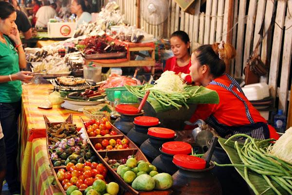 Zona de restaurantes en el mercado nocturno del Luang Prabang