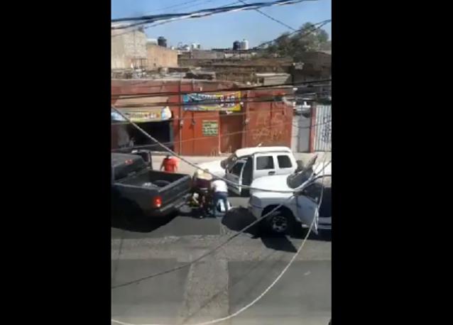 Video: Sicarios en dos camionetas cierran el paso a otra en Guadalajara, Jalisco valiéndose de sur armas largas comienzan a golpearlos y patearlos en el piso
