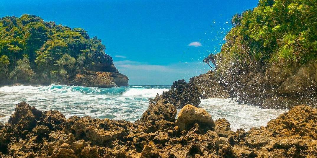 Panorama Perbukitan Karang di Pantai Batu Bengkung Malang
