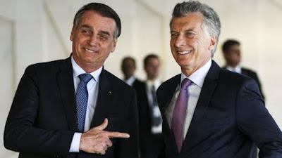 Bolsonaro fazendo arminha com Macri
