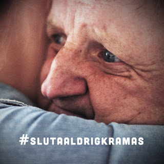 A close up of the face of Bo when he is hugging somebody, hashtagged with #slutaaldrigkramas (never stop hugging). Photographer: Jonas Rudström