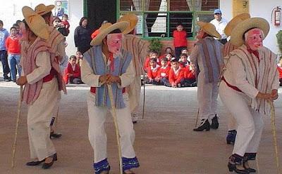Foto de niños bailando la danza de los viejitos