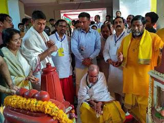 president-pranab-mukherjee-maa-pitambara-temple-prayer