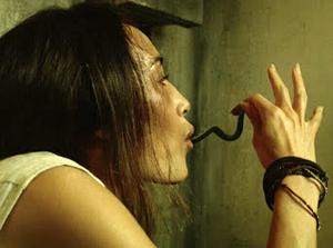 Maggie Q saca una serpiente por la boca