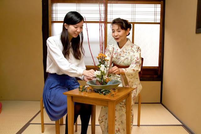 Nghệ thuật cắm hoa Ikebana Nhật Bản đòi hỏi người nghệ nhân phải có con mắt thẩm mỹ nhất định, một bàn tay khéo léo, quan trọng nhất là khả năng sáng tạo. Ikebana không chỉ đơn thuần áp dụng các quy tắc, biểu trưng cơ bản mà còn cần tới độ nhạy bén của người nghệ nhân để mang lại sự cách tân trong từng tác phẩm. Mà đây còn là biểu trưng của thiên nhiên giúp cho người cắm cũng như người thưởng hoa thanh sạch đầu óc và thanh thản tâm hồn.