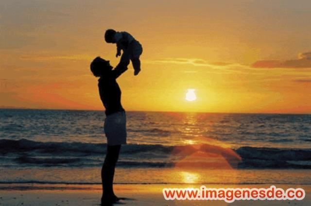 Padre abrazando a su hijo