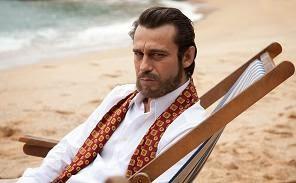 Jordi Mollà caracterizado como jaime Gil de Biedma en la película El cónsul de Sodoma
