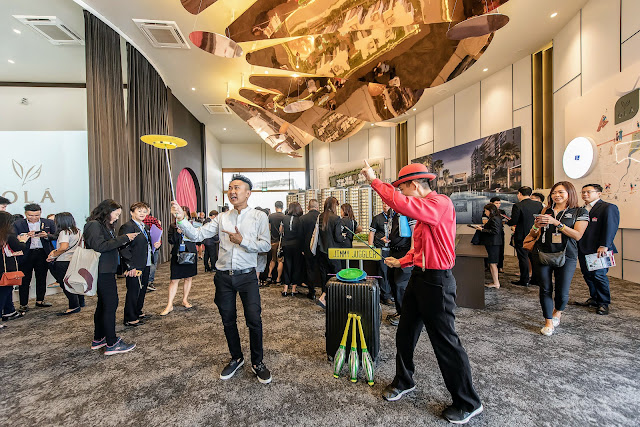Roving Juggler entertains people at event