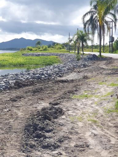 Iniciadas em março, prosseguem obras de estabilização da margem do mar pequeno
