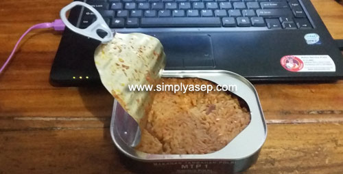 READY TO SANTAP: This is an MRE can owned by a member of the National Police. Variant tastes of Kan Baked Rice that has been heated by boiling is safer than being heated by burning the can. Photo of Asep Haryono