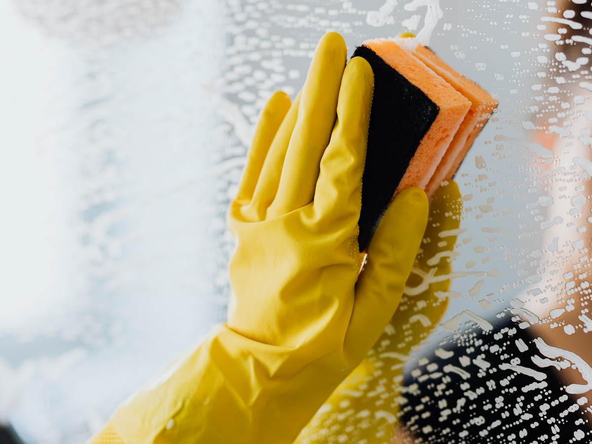 Conheça o jeito certo de usar produtos de limpeza em casa