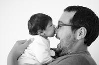 Bebé recién nacido. Fotografía realizada en el estudio Positive de Roldán por Leticia Martiñena, fotógrafa de bebés recien nacidos y niños en Positive Roldán. New Born. Bebé con su papá. Familia
