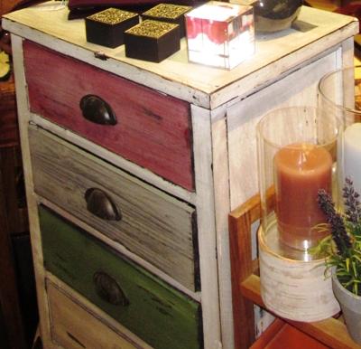 Algunos muebles auxiliares como mesitas escritorios o cajoneras