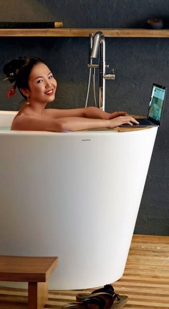 Японка в сидячей ванне, одна или нет — кто его знает