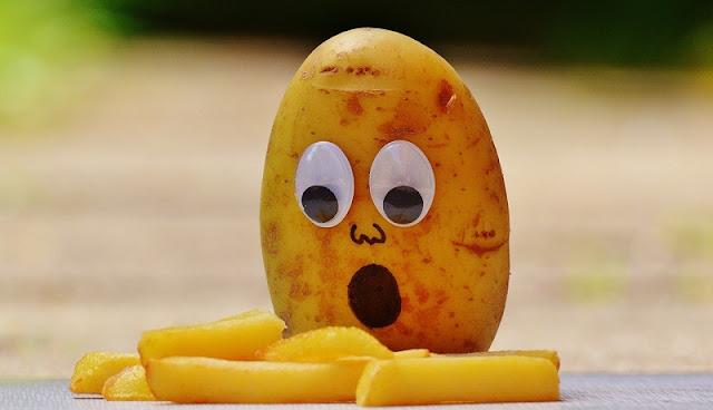 Kentang yang kagum melihat kentang goreng atau french fries