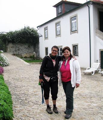 Duas mulheres pousando para foto no interior da Casa Mindela