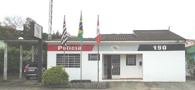 POLÍCIA MILITAR DE MIRACATU FLAGRA DUPLA JOGANDO PANFLETOS POLÍTICOS EM FRENTE ÀS ESCOLAS