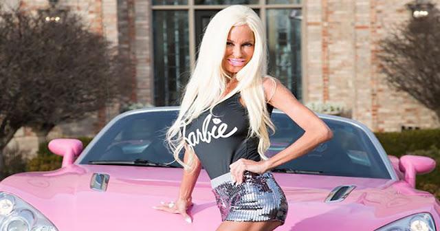 Είναι μάνα 5 παιδιών και έχει ξοδέψει μισό εκατομμύριο ευρώ για να μετατραπεί σε αληθινή Barbie