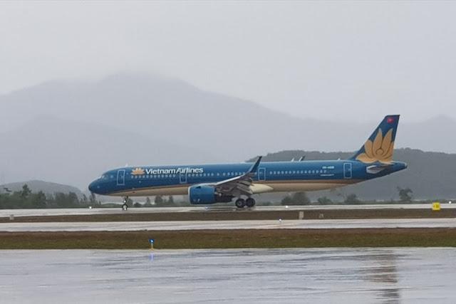 Máy bay của Vietnam Airlines hạ cánh xuống sân bay Vân Đồn