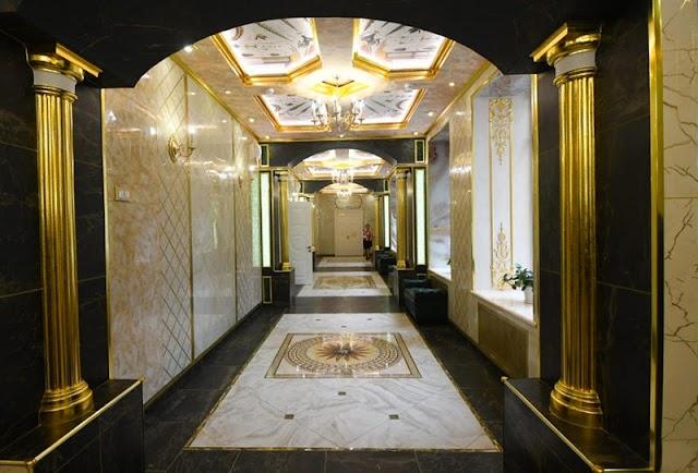 ملياردير روسي يحول مدرسته القديمة إلى قصر من الذهب