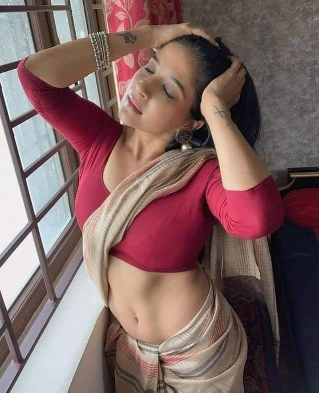 Sakshi Agarwal navel photos in saree.