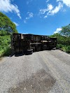 Caminhão-baú tomba e interdita a RN 117 na Serra de Martins-RN; ocupantes saíram ilesos