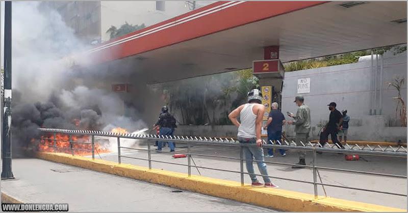 Moto estalla en llamas por abastecer con gasolina iraní en Agua Salud