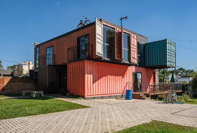 Uma casa construída com contêineres