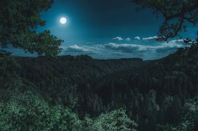 Penjelasan Kenapa Bulan Masih Muncul Padahal Udah Siang.