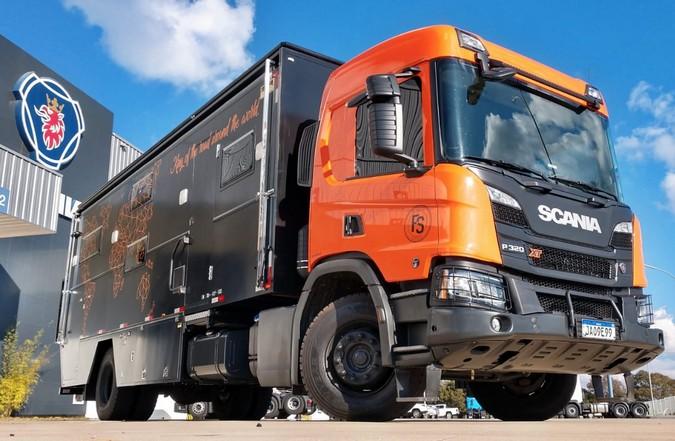 Scania P 320 XT é transformado em motorhome de luxo