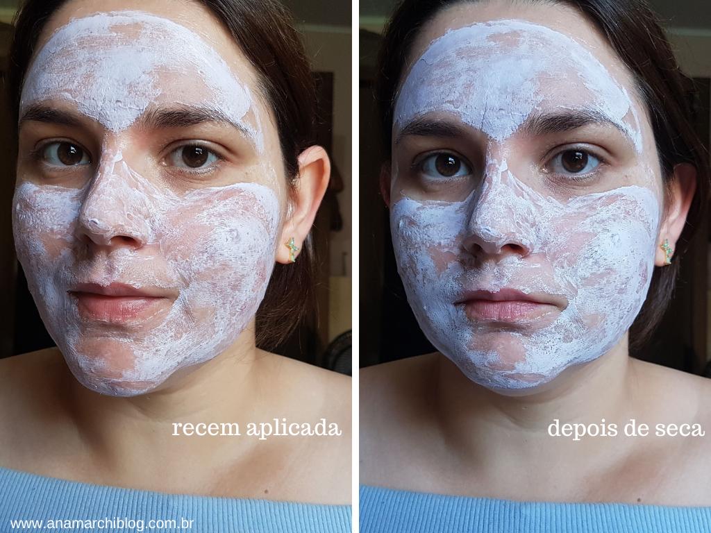 Na foto aparece o rosto com a máscara aplicada, uma máscara facial branca