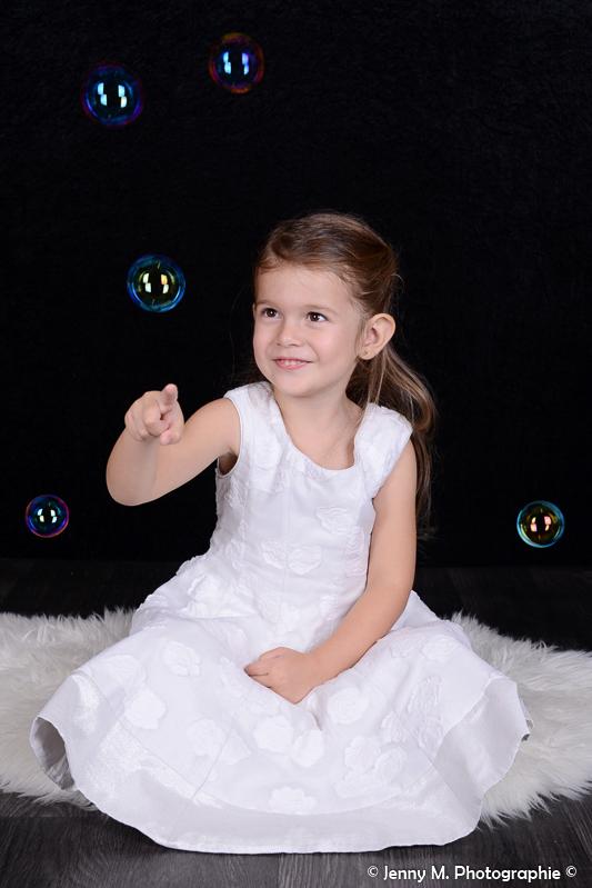 photo enfant fille avec bulles colorées