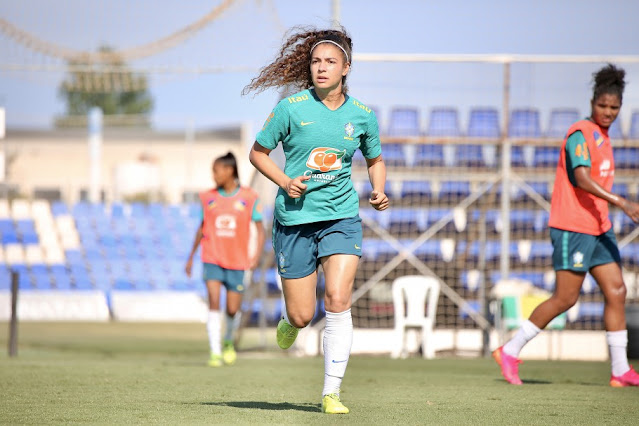 Meia Angelina em treino da Seleção Feminina de Futebol
