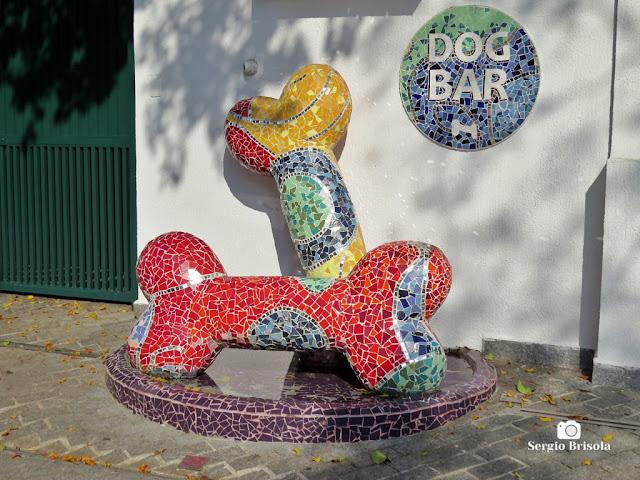 """Close-up de um curioso """"Dog Bar"""" (bebedouro) no Jardim América - São Paulo"""