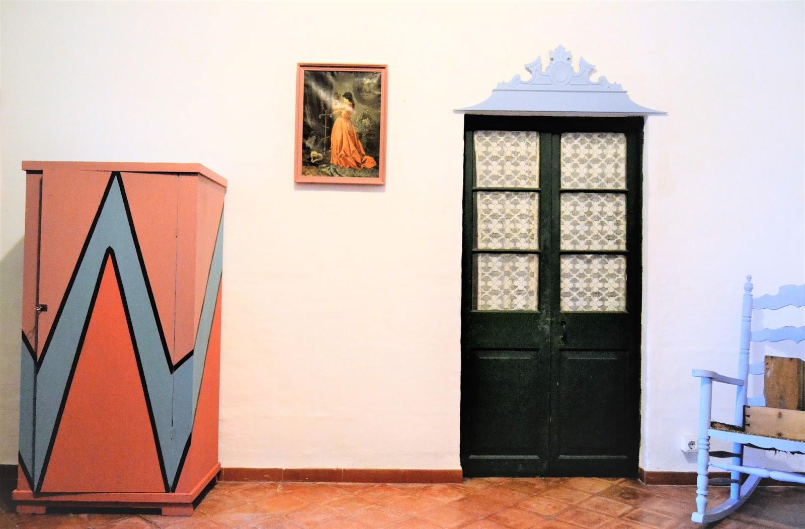 Una nueva imagen sorprendente para un antiguo armario muy maltrecho, la geometría, el color, pero sobre todo el atrevimiento, harán que un mueble sacado de la basura por el que nadie apostaría, se convierta en algo verdaderamente único!