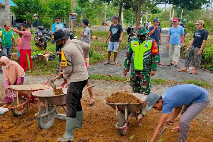 Babinsa Kelurahan Ranai Kota Ikut Gotong Royong Membangun Surau di Batu Ampar