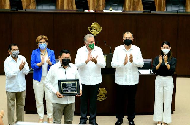 Recibe el Profr. José Dolores Chan Cuevas, reconocimiento A la Excelencia Docente