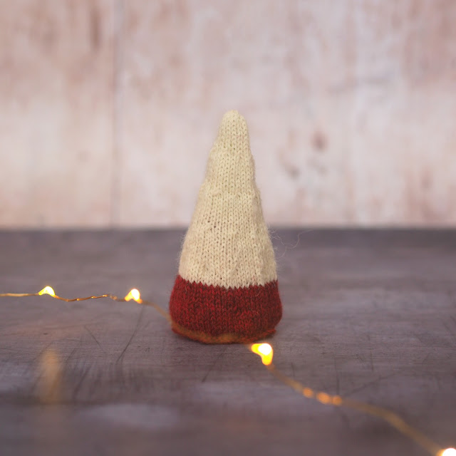 Colour blocked conical tree in red and cream