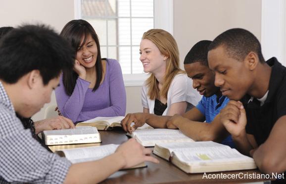 Universitarios cristianos leyendo la Biblia