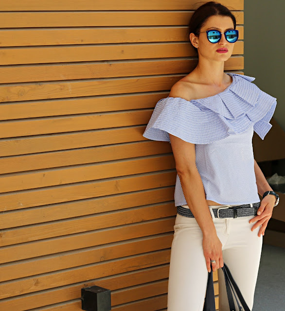 novamoda style, trendy, must have, letni must have, bluzka hiszpanka, wakacyjna stylizacja, bluzka, porady stylisty, lato w mieście, letnie trendy, białe spodnie,